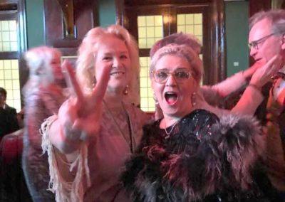 Pauline och Gerthel dansar loss